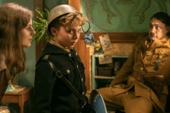 Thomasin McKenzie (Elsa Korr), Roman Griffin Davis (Jojo) e Taika Waititi (Hitler).