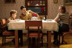 Roman Griffin Davis (Jojo Rosie Betzler), Taika Waititi (Hitler) e Scarlett Johansson (Rosie Betzler).